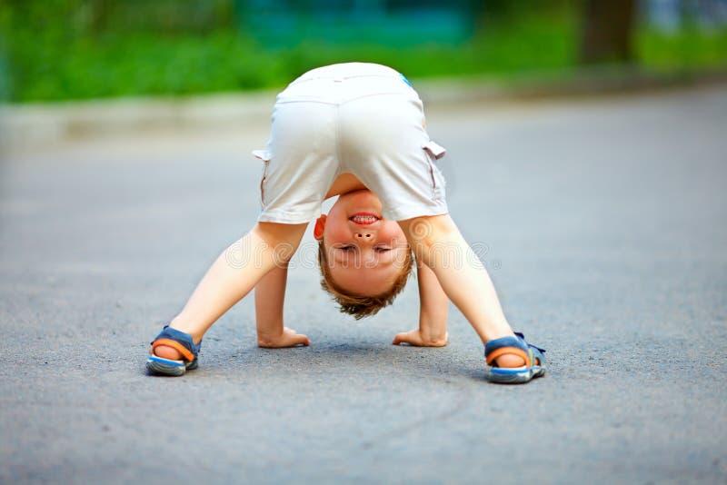 Vista posterior del niño pequeño divertido fotografía de archivo