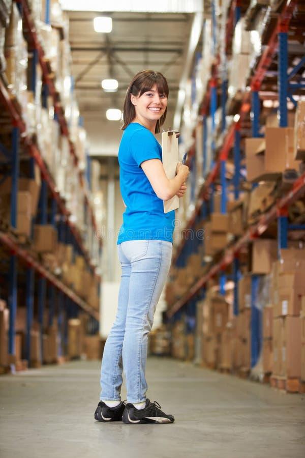 Vista posterior del trabajador de sexo femenino en la distribución Warehouse fotografía de archivo