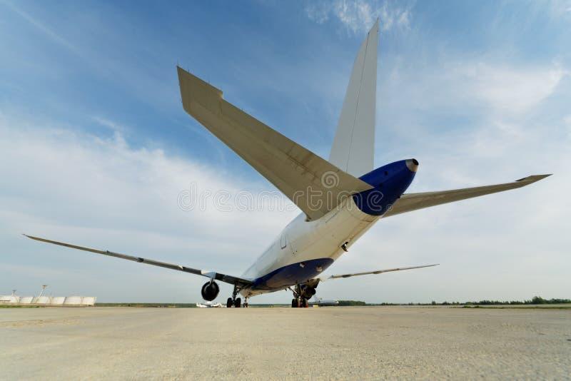 Vista posterior en el aeroplano que se coloca en el estacionamiento fotos de archivo