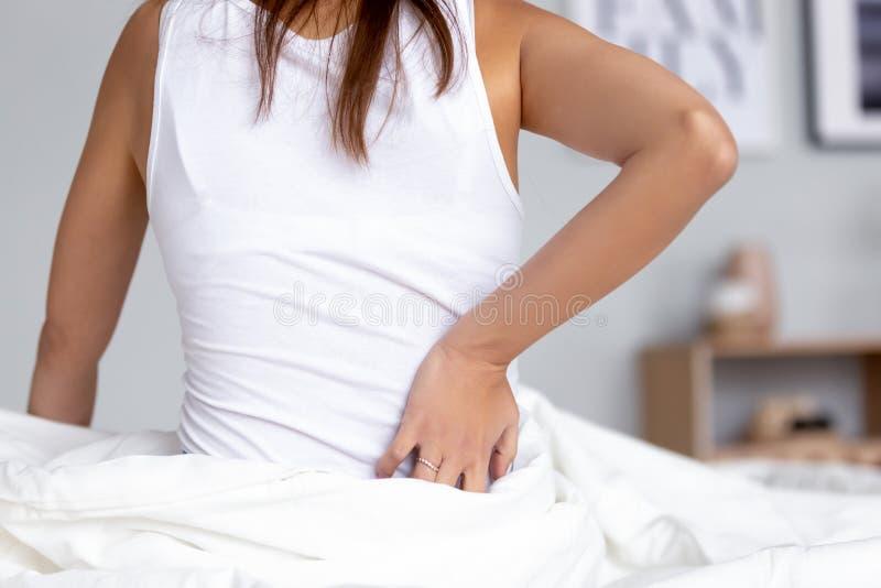 Vista posterior en la mujer que toca dolor trasero de dolor del riñón de la sensación fotos de archivo libres de regalías