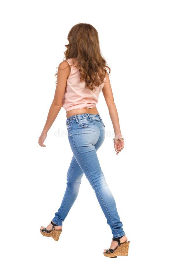 Vista posterior lateral de la mujer que camina foto de archivo libre de regalías