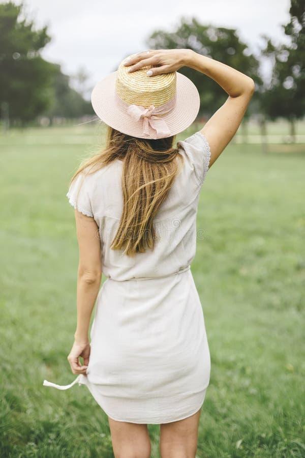 Vista posteriore alla giovane donna che cappello d'uso immagini stock libere da diritti