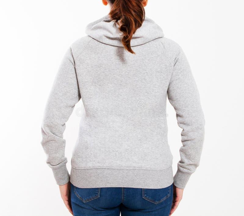 Vista posteriore: bella metà di donna invecchiata europea vestita in un rivestimento incappucciato casuale grigio chiaro - lo stu immagini stock