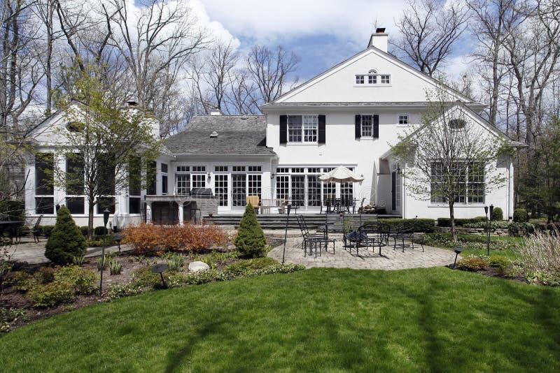 Vista posteriore della casa con il patio del mattone fotografia stock libera da diritti
