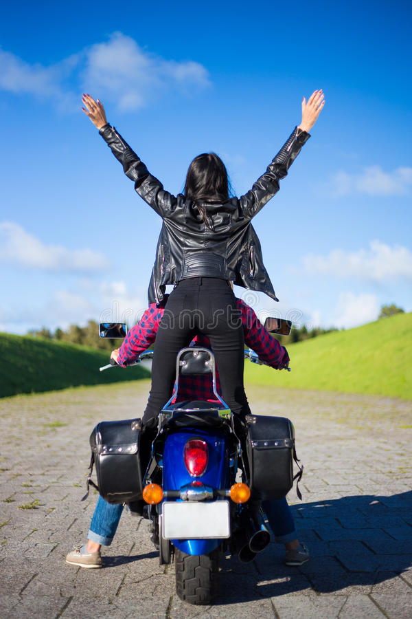 Vista posteriore delle coppie felici che vanno viaggiare sulla motocicletta immagini stock libere da diritti