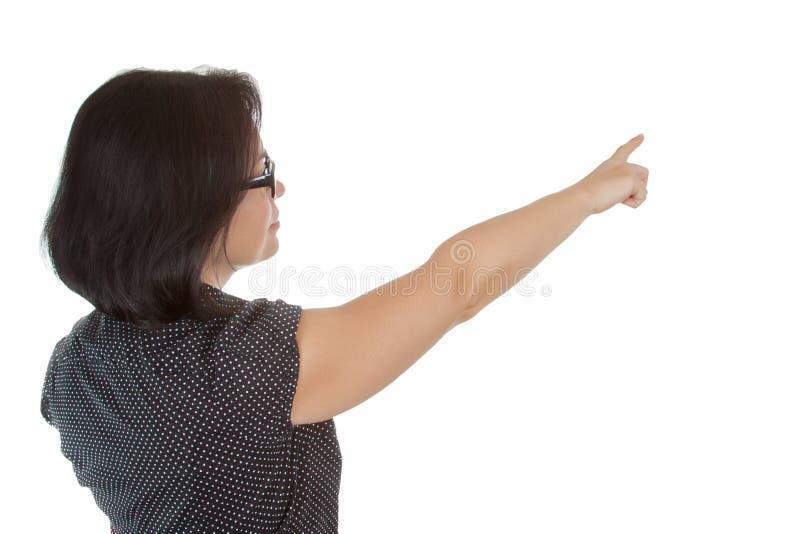 Vista posteriore di indicare la bella giovane donna di affari con lo spazio in bianco immagine stock libera da diritti
