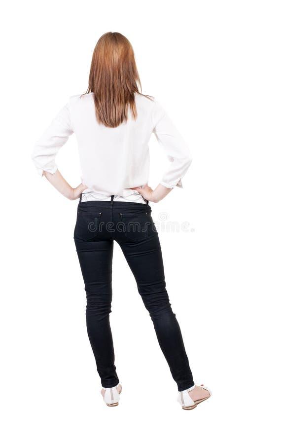 Vista posteriore di stare giovane bella donna bionda in jeans fotografia stock
