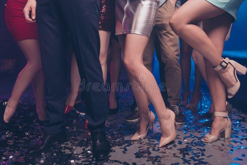 Vista potata delle signore attraenti di lustro e delle gambe adorabili d'avanguardia alla moda affascinanti dei signori dei tipi  fotografia stock