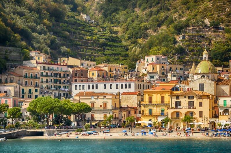 Vista a pouca distância do mar de Maiori na costa de Amalfi, Itália fotografia de stock royalty free