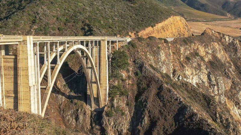 Vista próxima da ponte bixby na estrada 1 ao longo da costa de Califórnia em Big Sur fotos de stock