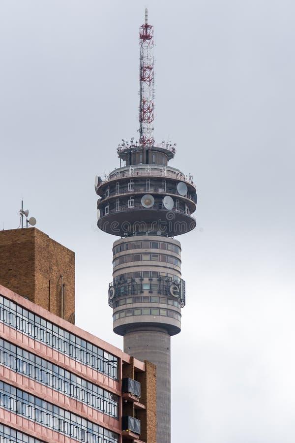 Vista próxima da torre de Telkom em Hillbrow, Joanesburgo imagem de stock royalty free
