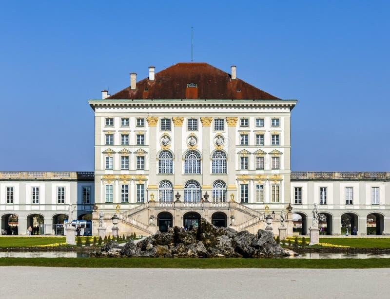 Vista próxima do castelo histórico Nymphenburg de Munich imagens de stock royalty free