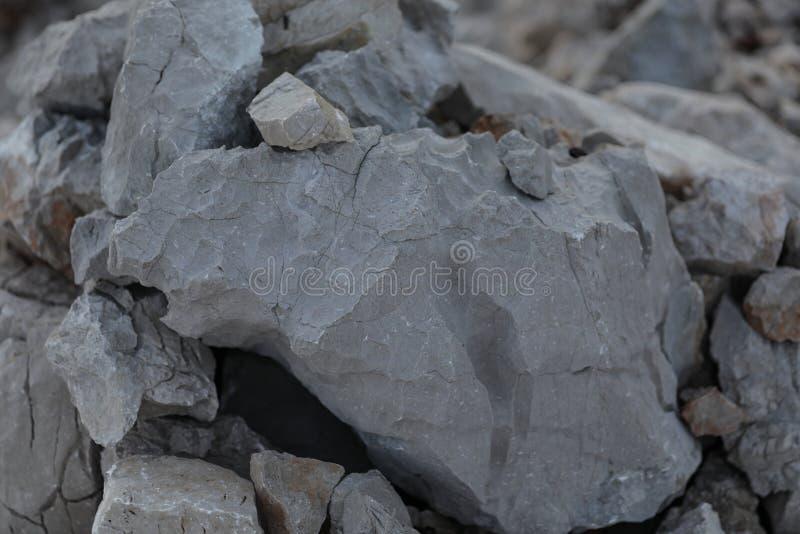 Vista próxima em uma pedra cinzenta grande fotos de stock royalty free