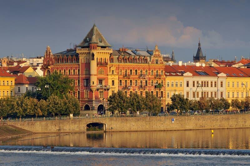 Vista a Praga Città Vecchia Smetanovo Nabrezi dal fiume della Moldava, repubblica Ceca fotografia stock