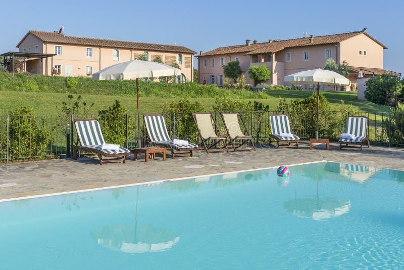 Vista preciosa de la piscina de un centro turístico en el campo de Pisa, Toscana, Italia foto de archivo