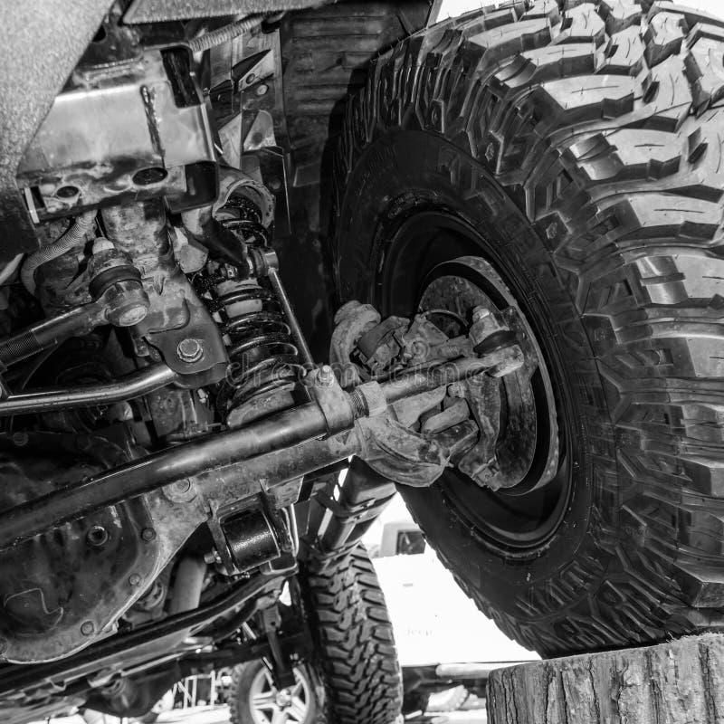 Vista preto e branco de debaixo de um carro Opinião do close-up de um carro imagem de stock