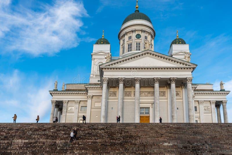 Vista in primo piano della famosa chiesa cattedrale con persone casuali in primo piano a Helsinki in Finlandia immagine stock libera da diritti