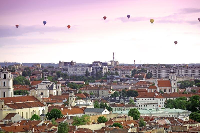 A vista principal da cidade velha de Vilnius com balloo do ar imagem de stock royalty free