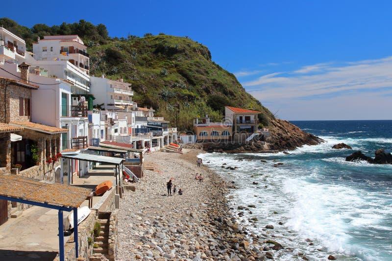 Vista principal de cala Margarida, uma praia bonita cercada por construções brancas tradicionais do ` s dos pescadores com portas foto de stock