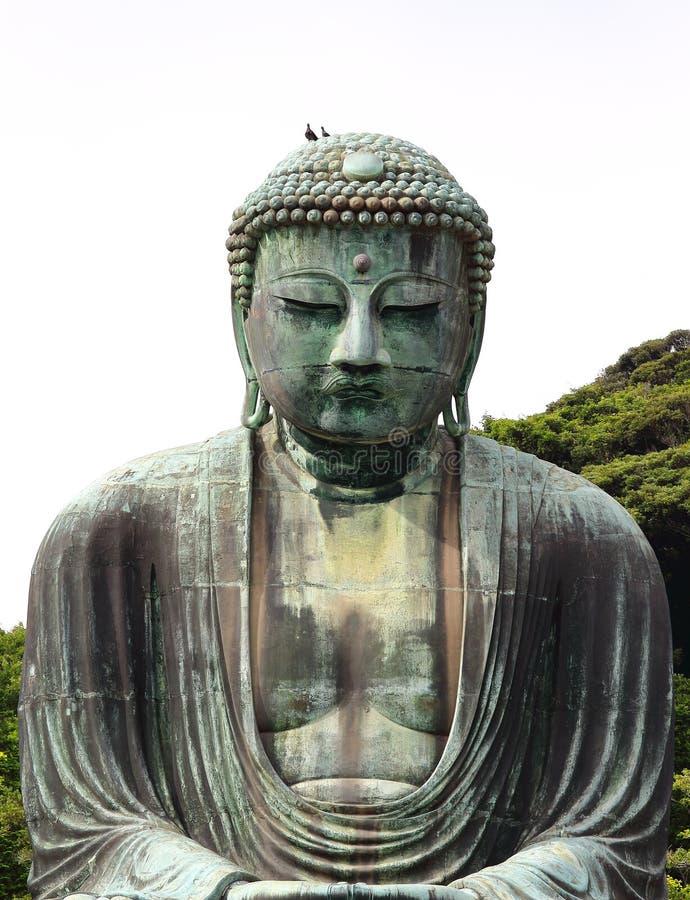Vista principal del Daibutsu, la gran estatua famosa del bronce de Buda colocada en el templo de Kotokuin en Kamakura, Japón imagenes de archivo