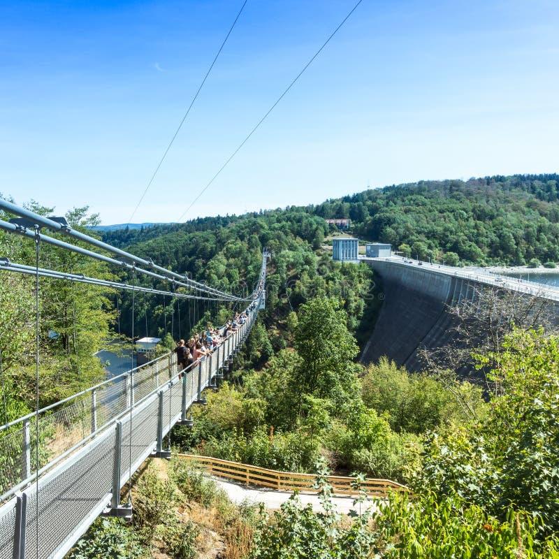 Vista a puente colgante del titán sobre el valle de Rappbode, con la presa de la presa de Rappbode foto de archivo