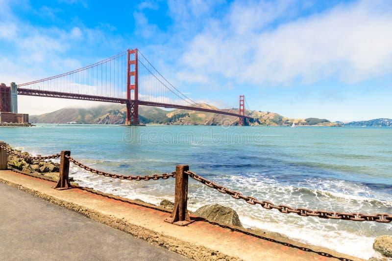 Vista a puente Golden Gate asombroso en San Francisco, California, destino del viaje en los E.E.U.U. imagenes de archivo