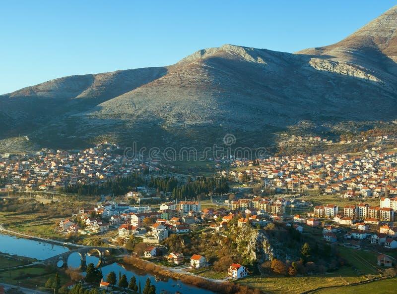 Vista que negligencia a cidade de Trebinje; Bósnia e Herzegovina fotos de stock royalty free
