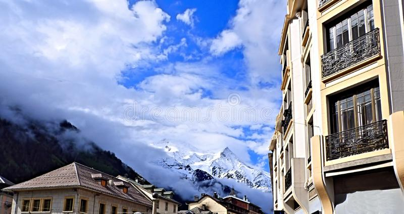 Vista que olha acima nos cumes franceses da rua de Chamonix France imagem de stock