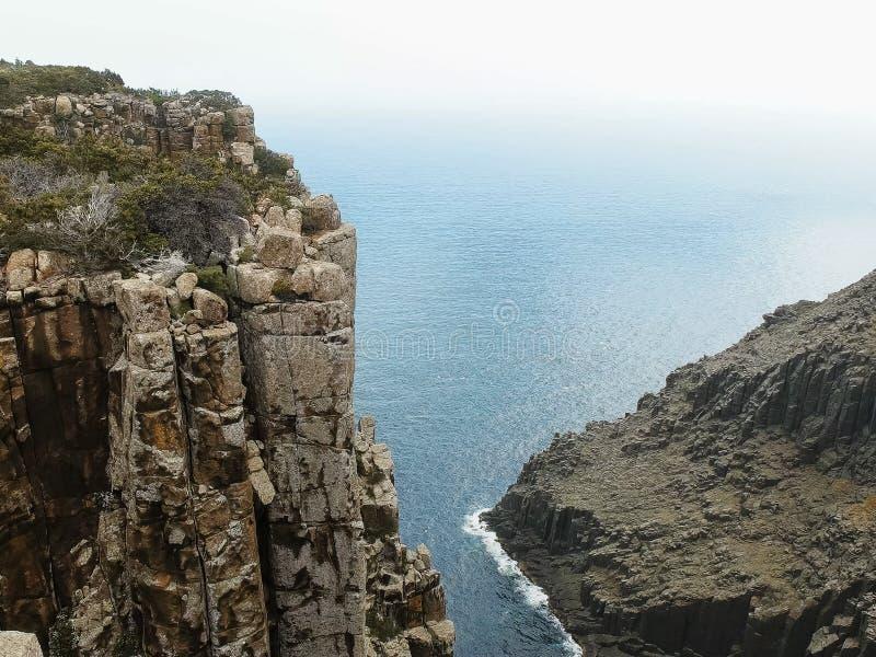Vista que olha para baixo de penhascos espetaculares do mar na coluna do cabo em Tasmânia imagens de stock royalty free