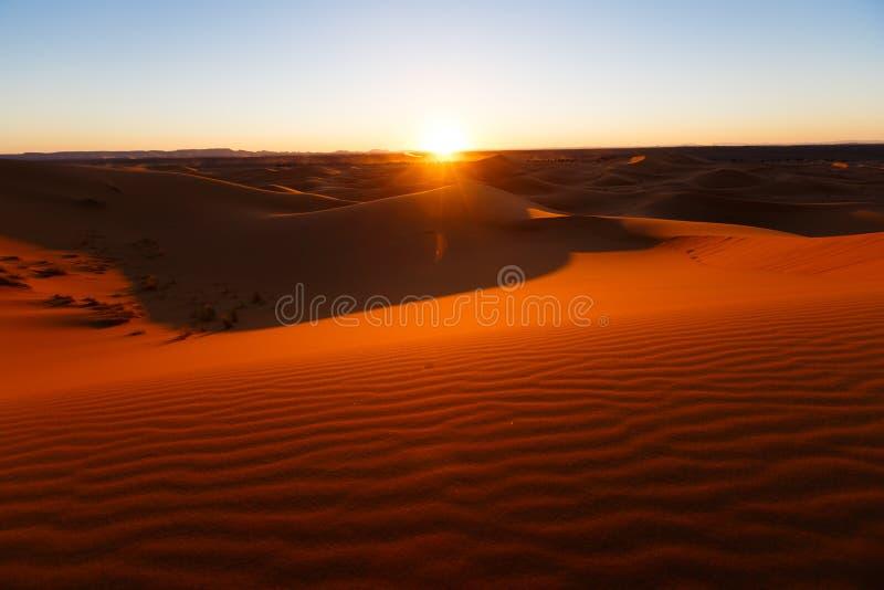 Vista que sorprende de las grandes dunas de arena en Sahara Desert, ergio Chebbi, Merzouga, Marruecos fotos de archivo