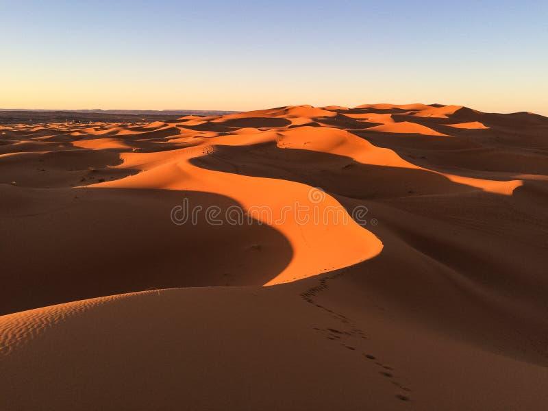 Vista que sorprende de las grandes dunas de arena en Sahara Desert, ergio Chebbi, Merzouga, Marruecos imágenes de archivo libres de regalías
