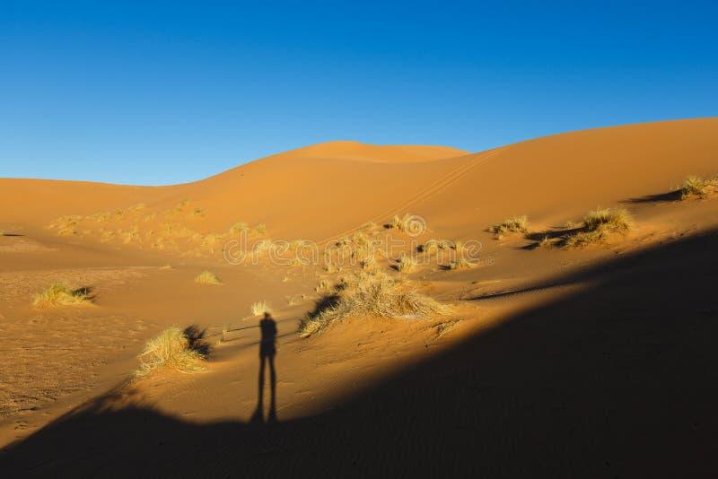 Vista que sorprende de las grandes dunas de arena en Sahara Desert, ergio Chebbi, Merzouga, Marruecos imagenes de archivo