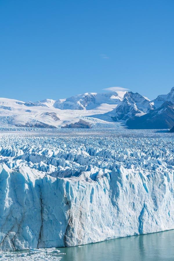 Vista que sorprende del glaciar de Perito Moreno, glaciar azul del burg del hielo del pico de la monta?a a trav?s del lago azul d imágenes de archivo libres de regalías