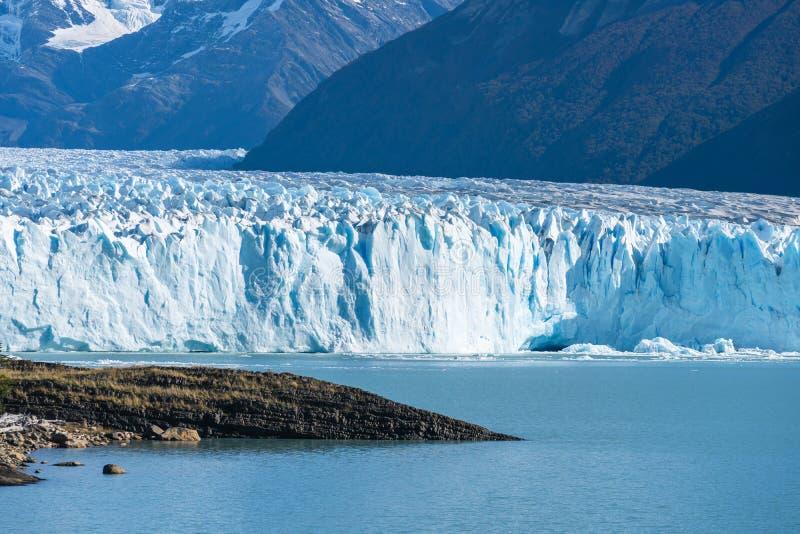 Vista que sorprende del glaciar de Perito Moreno, glaciar azul del burg del hielo del pico de la monta?a a trav?s del lago azul d imagen de archivo