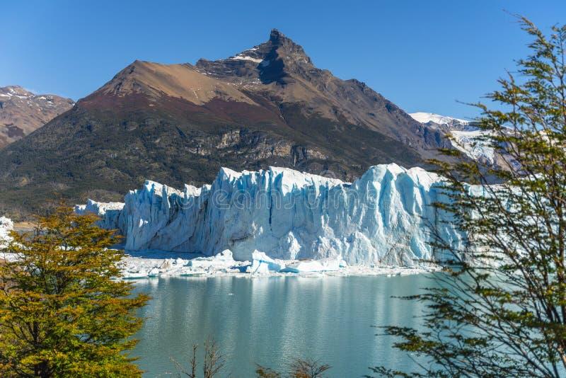 Vista que sorprende del glaciar de Perito Moreno, glaciar azul del burg del hielo del pico de la monta?a a trav?s del lago azul d imagenes de archivo