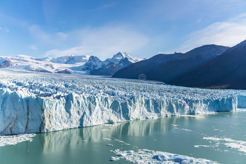 Vista que sorprende del glaciar de Perito Moreno, glaciar azul del burg del hielo del pico de la monta?a a trav?s del lago azul d fotografía de archivo libre de regalías