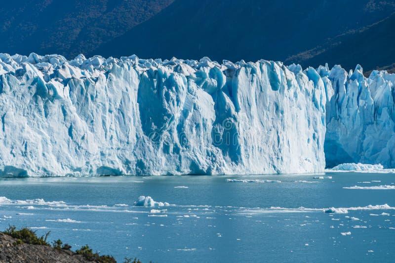 Vista que sorprende del glaciar de Perito Moreno, glaciar azul del burg del hielo del pico de la monta?a a trav?s del lago azul d fotos de archivo