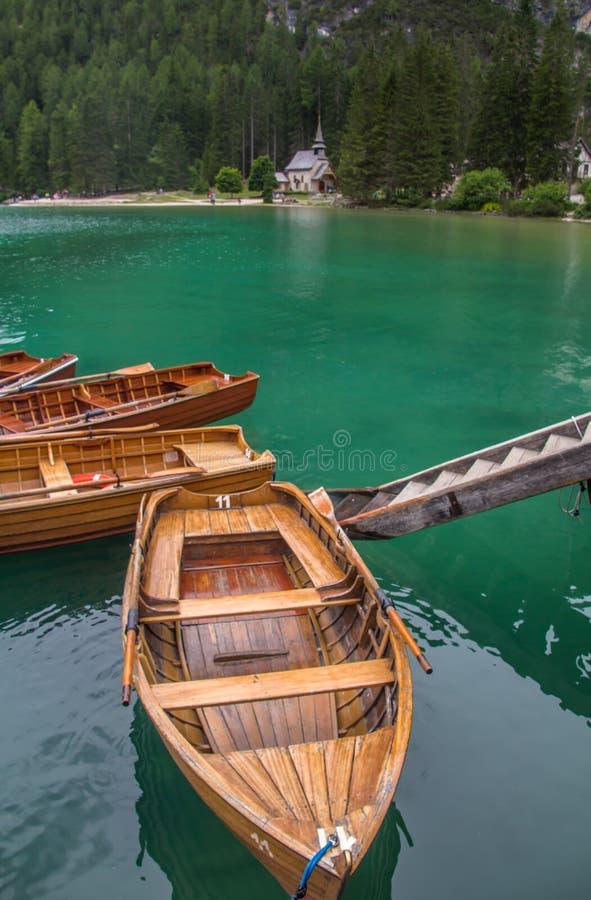 Vista que sorprende del lago Braies italiana: Lago di Braies, alemán: Pragser Wildsee en las montañas de las dolomías imagenes de archivo