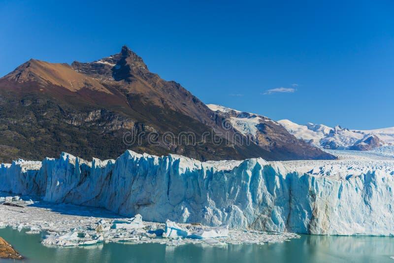 Vista que sorprende del pico de Perito Moreno con el glaciar, glaciar azul del burg del hielo en el lago azul de la aguamarina en fotos de archivo libres de regalías