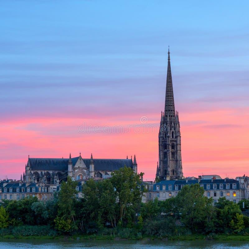 Vista que sorprende a la basílica del Saint Michel en el tiempo de la puesta del sol, Burdeos, Francia foto de archivo