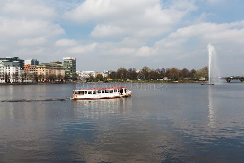 Vista que ve la nave en Hamburgo, Alemania imagen de archivo