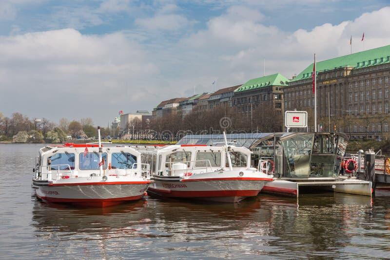 Vista que ve las naves listas para la salida en Hamburgo, Alemania fotografía de archivo libre de regalías
