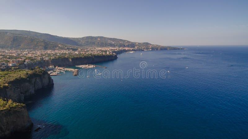 Vista a?rea da praia do meta da costa de Sorrento, conceito do curso, espa?o para o texto, ba?a com barcos, montanhas de Italia,  foto de stock