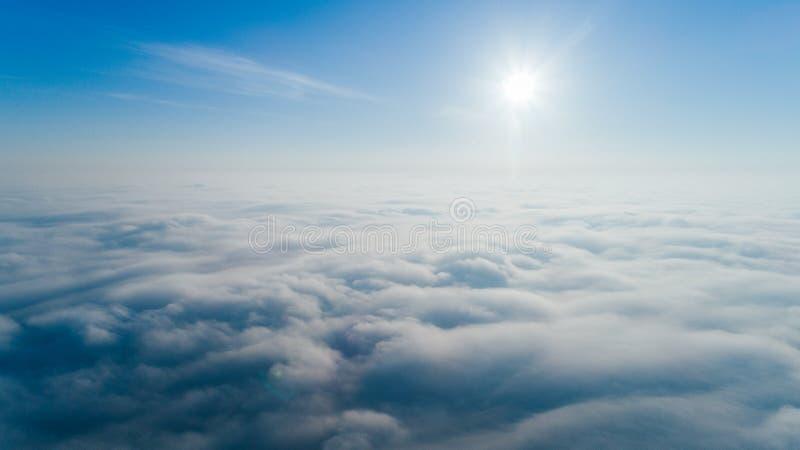 Vista a?rea de la capa soleada del cielo y de la nube abajo foto de archivo libre de regalías