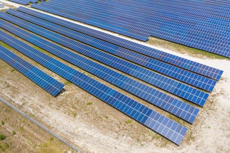 Vista a?rea de la granja del panel solar foto de archivo libre de regalías