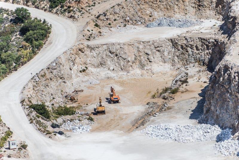 Vista a?rea de la mina de la mina a cielo abierto con las porciones de maquinaria en el trabajo - visi?n desde arriba fotos de archivo libres de regalías