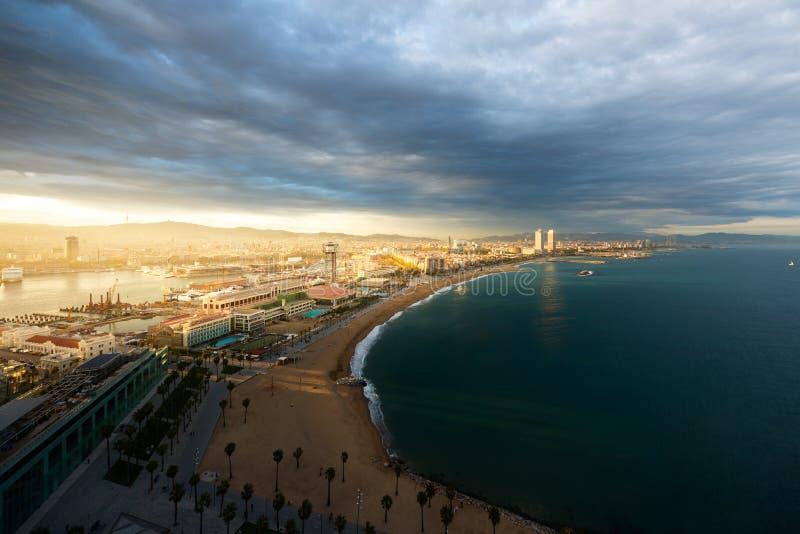 Vista a?rea de la playa de Barcelona durante puesta del sol a lo largo de la playa en Barcelona, Espa?a Mar Mediterr?neo en Espa? imagen de archivo