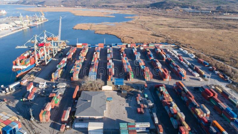 Vista a?rea de la terminal de contenedores portuaria Puerto industrial del cargo con las naves y las gr?as imágenes de archivo libres de regalías