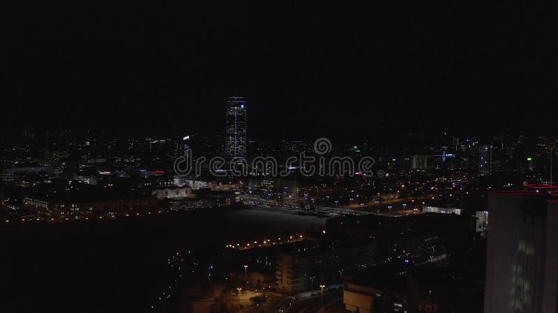 Vista a?rea de la vida de ciudad grande en la noche, las luces de ne?n, los rascacielos de cristal, los coches y el puente grande fotografía de archivo libre de regalías
