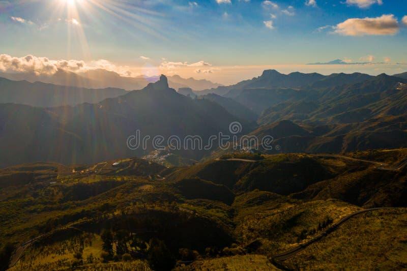 Vista a?rea de las monta?as de Gran Canaria en el medio de la isla con la opini?n del volc?n de Teide imágenes de archivo libres de regalías